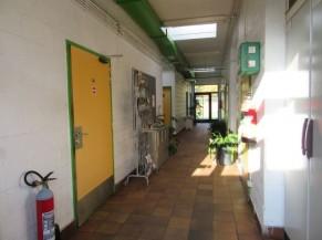 Couloir vestiaires wc public
